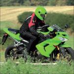 grünes Motorrad in Roding bei der Motorrad Tour